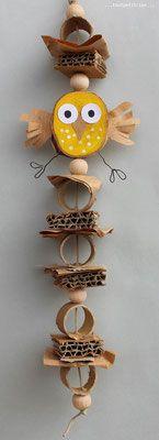 Guirlande avec des restes de cartons et des perles en bois. www.toutpetitrien.ch/bricos/ - fleurysylvie