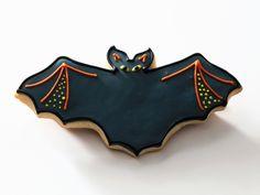 Fledermauskeks zu Halloween - Zeit: 1 Std.    eatsmarter.de Eat Smarter, Homemade Cakes, Biscuits, Cooking Recipes, Halloween Ideas, Yum Yum, Thanksgiving, Cookies, Fall