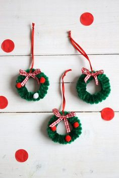 Be creative with children: ideas for rainy days - Pipe Cleaner Christmas Wreaths – DIY: There are many pipe cleaner craft ideas. The pipe cleaners - Kids Christmas Ornaments, Handmade Christmas Decorations, Easy Christmas Crafts, How To Make Ornaments, Simple Christmas, Christmas Wreaths, Christmas Design, Summer Crafts, Easter Crafts