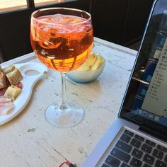 Spritz and macbook #tixilife #tixi #dj #macbook #music #pontedilegno #valcamonica #happy #sunday #aperitivo #aperolspritz #aperitif #relax