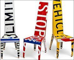 chaises en panneau de signalisation routière