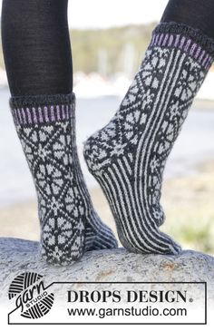 """Starry Night Socks - Knitted DROPS socks with Nordic pattern in """"Karisma"""". - Free pattern by DROPS Design Knitting Socks, Free Knitting, Knitting Patterns, Crochet Patterns, Drops Design, Magazine Drops, Knit Shoes, Patterned Socks, Knitting Projects"""