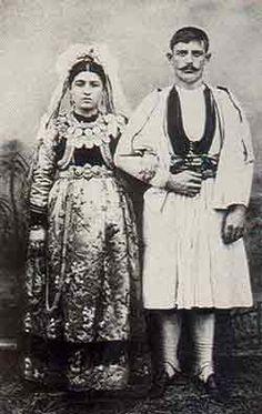 Νύφη και γαμπρός στη Σαμαρίνα Γρεβενών. Φωτογραφία απο βραβευμένο λεύκωμα των Αδελφών Μανάκια 1907. www.vlahoi.net