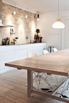 Madeira + tijolo maciço aparente + paredes e móveis brancos