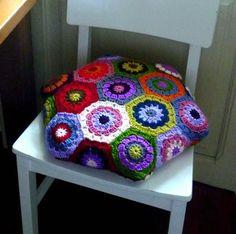 Fuente: http://armygurumi.blogspot.com.es/2011/09/cojin-hexagonal-de-granny-squares.html