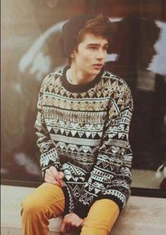 Oh em gee. I wanna get a guy's indie sweatshirt so I can make it a cute slouchy shirt. x.x