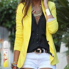Sweet Smile combina con un lindo y llamativo saco amarillo.