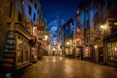 Looking to Visit The Wizarding World of Harry Potter - Diagon Alley in Orlando, FL, Universal Studios Orlando, FL? Find more information about this attraction and other nearby Orlando family attractions and hotels on Family Vacation Critic. Parc Harry Potter, Harry Potter Theme Park, Harry Potter Diagon Alley, Harry Potter New, Harry Potter Universal, Universal Studios Florida, Universal Orlando, Orlando Magic, Neville Longbottom