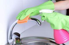 3 trucos para limpiar las zonas de aguas de tu baño