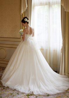 イタリアンチュールを何枚も重ねた愛らしいウェディングドレス