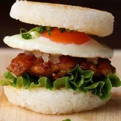 かぶりつきたい!てりやきチキンのライスバーガー🌾🍔 作ったら #tastyjapan をつけて投稿してね!  #レシピ  1個分 <てりやきチキン> 鶏もも肉 1/2枚 しょうゆ 大さじ1 みりん 小さじ1 酒 小さじ1 砂糖 小さじ1.5 鶏もも肉 1/2枚 塩コショウ 少々 <ライスバンズ> ごはん 200g ごま油小さじ1 <具材> 目玉焼き 1個 玉ねぎ(みじん切り・炒める) 1/8個 グリーンリーフ 少々 マヨネーズ 小さじ1 青ねぎ 少々 1.てりやきチキンを作る。鶏もも肉の両面に塩コショウをふる。皮目を下にしてフライパンに置き、中火でじっくりと焼く。 2.皮目がパリッと焼けたらうら返し、両面を焼く。火が通ったらてりやきソースの材料を入れて、絡めながら焼く。 3.ライスバンズを作る。ココットにラップを敷いてごはんの半量を入れる。ラップで包み、ひとまわり小さいココットでプレスして形を整える。同様にしてもう1枚作る。 4.フライパンにごま油をひいて(3)を焼く。焼き色がついたらうら返して両面を焼き、皿に取り出す。…