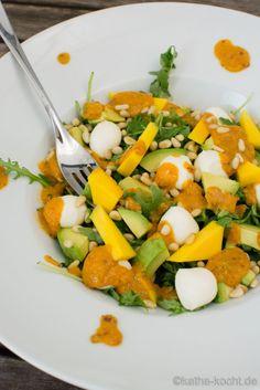 Mango-Avocado Salat mit Rucola, Mozzarella und Pinienkernen - katha-kocht!