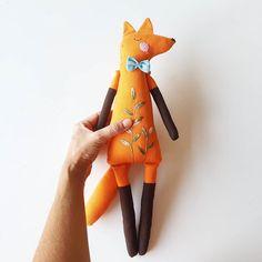 1,208 отметок «Нравится», 33 комментариев — Anacardia / Ana Carolina 🇧🇷 (@anacardia_dolls) в Instagram: «Esse é  o meu Lobo-guará ❤. Sempre quis fazer um pra mim.  Esse comecei  junto com os outros bichos…» Fox Toys, Handmade Stuffed Animals, Animals For Kids, Softies, Baby Toys, Photo Wall, Plush, Dolls, Instagram