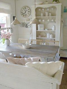 harmaa puupöytä, avoimet hyllyt = keittiön sydän