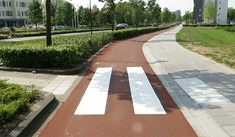 This crossing at a newly-reconstructed cycle path in 's-Hertogenbosch, NL features tactile flanking tiles for the visually impaired, and the curb is lowered for wheelchair and stroller access. Click image for full profile via Bicycle Dutch & visit the slowottawa.ca boards >> http://www.pinterest.com/slowottawa