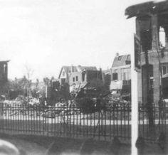 Zwaar beschadigde woonhuizen en overblijfselen van woonhuizen aan de Wijbrand de Geeststraat te Leeuwarden na een bominslag in deze straat op 22 maart 1944. (tresoar.nl)