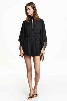 Combi-short: Combi-short en tissu vaporeux avec encolure faite d'un large ruban à nouer sur la nuque. Modèle avec longues manches kimono et partie ouverte devant et dans le dos. Découpe à la taille et jambes amples. Fermeture à glissière dissimulée dans le dos. Doublé.
