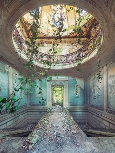 20 More Photos That Prove Nature Always Finds A Way - Schöne Gebäude - Travel Abandoned Castles, Abandoned Mansions, Abandoned Places, Derelict Places, Old Abandoned Buildings, Abandoned Property, Beautiful Architecture, Beautiful Buildings, Beautiful World