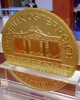 """Mince Vídeňský filharmonik se zapsala i do Guinnessovy knihy rekordů. Aby dosáhla světového prvenství váží neuvěřitelných 1000 Troyských uncí. To je něco přes 31 Kilogramů!!! Ryzost této mince je přitom stejná jako u """"malých"""" mincí vážících 1 Oz. Z 1000 dílů jeho váhy je 999.9 dílů čistého zlata."""