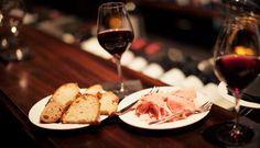 Bienvenue dans l'univers de la compagnie des vins surnaturels, bar à vins branché du 6ème arrondissement de Paris. On a testé, et on vous fait une review de l'un des meilleurs bar à vins de Paris. La compagnie des vins surnaturels jouit de sa réputation: avec une réservation passée 24 heures à l'avance, nous arrivons à négocier un espace canapé [...]