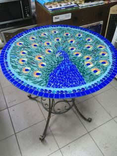 Billedresultat for mosaic table diy Mosaic Birdbath, Mosaic Glass, Mosaic Tiles, Mosaics, Mosaic Art Projects, Mosaic Crafts, Stained Glass Patterns, Mosaic Patterns, Mosaic Designs