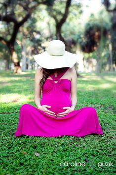 Que tal um vestido pink com uma grama verde de fundo?