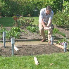 Schlagen Sie die Pfostenhülsen ein (links) und richten Sie die Bodenanker waagerecht aus (rechts)