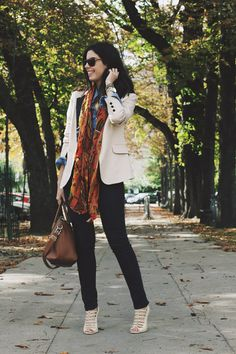 Camila Coutinho arrasando no Blazer branco e echarpe colorida