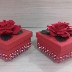 Essas caixinhas baphônicas foram o centro de mesa da festa da minha Chapeuzinho Vermelho!!! #CentroDeMesaChapeuzinhoVermelho #Lembrancinhas #Caixinhasdecoradas #VouPerolarOmundo Wedding Gift Boxes, Wedding Favors, Wedding Gifts, Scrapbook Box, Pink October, Diy And Crafts, Paper Crafts, Mothers Day Crafts, Paper Quilling