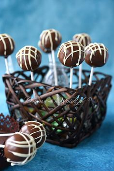 Schoko- Cake Pops Recipe for chocolate cake pops. Small, chocolate cake on a stick. The cake crumbs are glued together with chocolate cream made of dark chocolate (Ganache), rolled into… Chocolate Cake Pops, Chocolate Cream, Homemade Chocolate, Chocolate Recipes, Chocolate Sprinkles, Raspberry Smoothie, Apple Smoothies, Cheesecake, Zucchini Cake