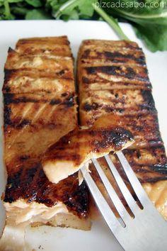 Salmón marinado con miel de abeja, jugo de naranja, salsa de soya y jengibre fresco.