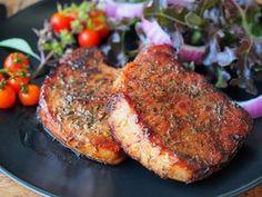 Dupa reteta asta iti iese cea mai frageda friptura pe care ai mancat-o vreodata. Cotletele de porc glazurate cu miere se lasa de seara la marinat, iar a doua zi sunt numai bune de tras la tigaie! Honey Glazed Pork Chops, Balsamic Pork Chops, Smoked Pork Chops, Brown Sugar Pork Chops, Honey Garlic Pork Chops, Air Fryer Pork Chops, Honey Garlic Sauce, Cold Vegetable Salads, Tandoori Lamb