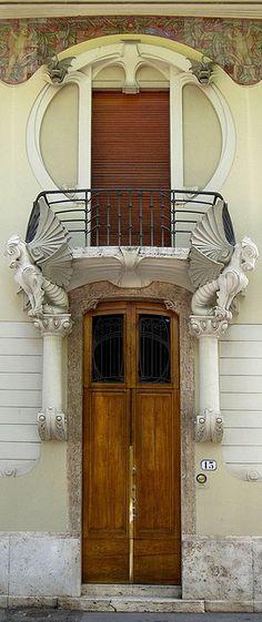 Porta e balcone del Villino Giulio Lampredi (1907-1910), architetto Giovanni Michelazzi. Via Giano della Bella 13, Firenze.