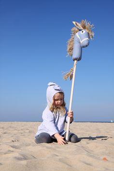 """Découvrez un jouet intemporel Emotikon smile Cataclop…Cataclop... « Et voilà! Un cheval, rien qu'à moi. Je l'ai appelé Cœurvaillant, le plus beau, le plus courageux des chevaux. Je lui ai dit: Prends des forces Cœurvaillant, demain nous partons en balade…de grandes aventures nous attendent! On est devenus inséparables. La nuit…comme le jour » (""""La Princesse et le Cowboy"""", Annick Masson). Disponible dans notre boutique… http://www.handmadeofpassion.be/category/jouets-autres"""