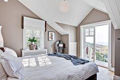 Master bedroom med egen balkong och fantastisk utsikt från sängen över havet