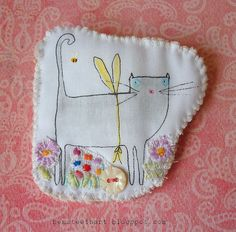 brooch :: kitty is jealous of Bees being able to fly - Hens teeth Free Motion Embroidery, Embroidery Stitches, Hand Embroidery, Machine Embroidery, Embroidery Designs, Fabric Brooch, Felt Fabric, Fabric Art, Fabric Crafts