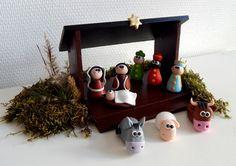 Crèche de Noël originale et rigolote et pâte polymère et en bois. Neuf personnages : Marie, Jospeh, le petit jésus, les trois rois mages, un âne, un mouton et un boeuf. L'étable est en bois, tout est fait à la main.  https://www.alittlemarket.com/accessoires-de-maison/fr_creche_de_noel_originale_et_rigolote_en_bois_et_en_fimo_-19063828.html  #crechedenoel #crecheoriginale #noelfimo