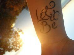 Tattoo am Handgelenk -innen-schrift-frau-lass-es-sein