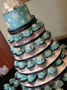 Wedding cupcakes bedazzled with snowflakes! -- Okay I'm totally going to consider doing half cup cakes and a smaller tier wedding cake for my wedding. Winter Wedding Cupcakes, Wedding Cakes With Cupcakes, Cupcake Cakes, Cupcake Wedding, Cupcake Ideas, Winter Cupcakes, Elegant Cupcakes, Costco Cupcakes, Frozen Cupcakes