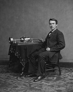 FONOGRAF. Fonograful este numele primului aparat utilizat pentru înregistrarea și redarea sunetelor inventat în 1877 de Thomas Edison.Ca mediu de înregistrare pentru acest dispozitiv se folosea un cilindru spiralat acoperit cu o foiță de cositor, imprimată în adâncime la viteza de 60 de rotații pe minut. Dezavantajul acestui mediu de stocare era faptul că după câteva ascultări, folia de cositor se rupea sau se tocea.