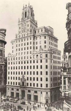 En 1930, quedaba inaugurado de forma oficial el Edificio Telefónica que se ubica en el punto más alto de la Gran Vía. Cuando abrió sus puertas era el edificio más alto de toda Europa y en él trabajaban unos 1.800 empleados. Madrid