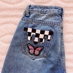 Discover recipes, home ideas, style inspiration and other ideas to try. Teen Fashion Outfits, Diy Fashion, Ideias Fashion, Painted Jeans, Painted Clothes, Diy Clothes Paint, Painted Shorts, Diy Clothing, Custom Clothes