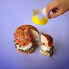 C'est pour qui celle-là Burger. Bun doré au jaune d'œuf. Dos de cabillaud. Lamelles de carottes. Brocolis. Amandes entières. Amandes concassées. Fenouil. Huile d'olive. Jus de citron. Sel et poivre.