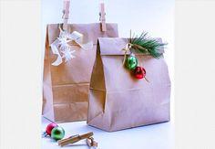Pacotes de papel kraft decorados com elementos festivos deixam a base da árvore estilosa  Rogério Voltan / Casa e Comida