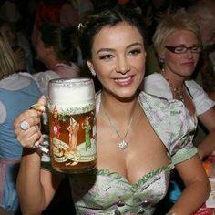 Octoberfest Girls, Pin Up, Hot Country Girls, Beer Girl, German Women, Beauty Women, Justin Bieber, Costume, Ale