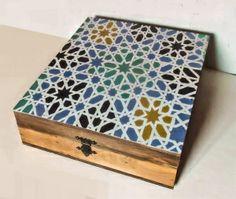 Caja de madera pintada a mano con motivo mudéjar de los Reales Alcázares de Sevilla #decoración #pintadoamano #artesanía #handmade #handpainted #regalosexclusivos #exclusives gifts #regalosconarte