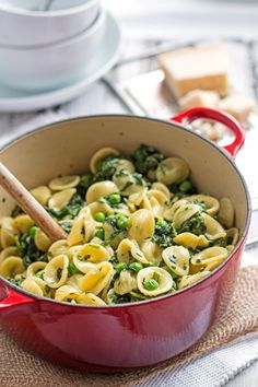 One Pot Spinach and Pea Pasta {Quick and Easy!} - This simple recipe makes for a delicious creamy vegetarian dinner! A dish everyone will love! #OnePotPasta