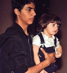 Everybody knows Shah Rukh and Gauri Khan's eldest child, Aryan Khan was the shy sibling, who will never be caught holding his Bollywood Stars, Bollywood Photos, Shahrukh Khan Family, Shahrukh Khan And Kajol, Abram Khan, Ian Somerhalder Vampire Diaries, Glamour World, Star Wars, King Of Hearts