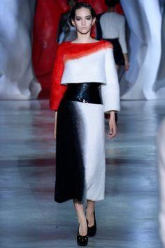 Ulyana Sergeenko 2014 Couture Sonbahar - Kış Kolleksiyonu - Doğacı ve milliyetçi nakışlarla işlenmiş Rus peri masalarından izlenimleri göstermeye çalışan ve Ukrayna'daki duruma da dikkat çekmek isteyen Ulyana Sergeenko 2014 Couture Sonbahar Koleksiyonu;