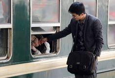 Una pareja de coreanos despidiendose y cada uno tomara un rumbo distinto